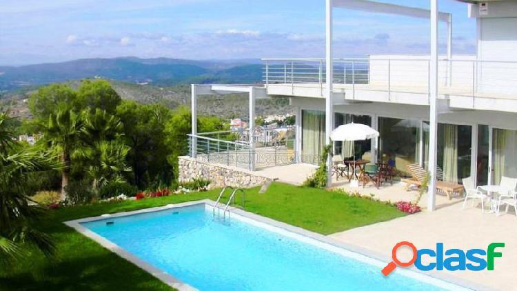 Magnífica casa de 400 m2 con impresionantes vistas, jardín de 1700 m2 y piscina.