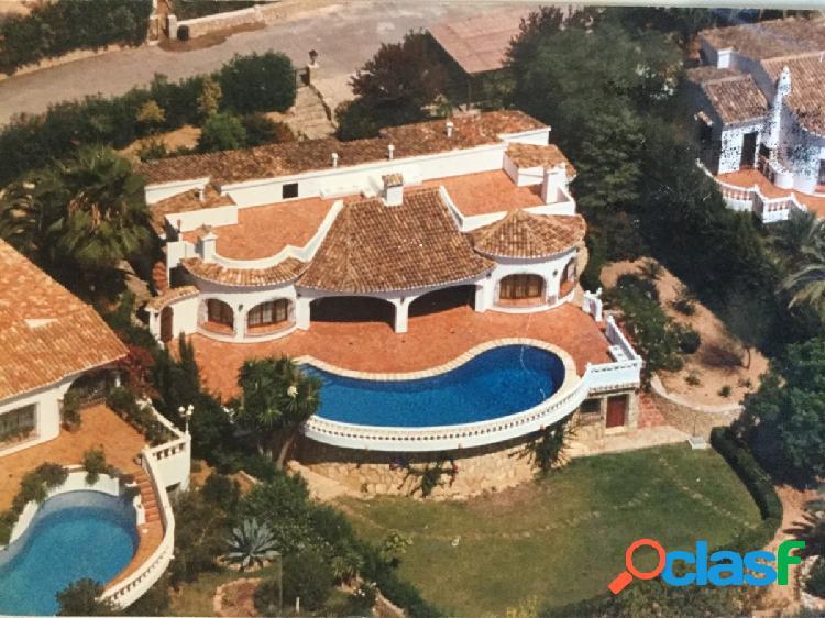 Chalet en venta con piscina privada y vistas al mar moraira
