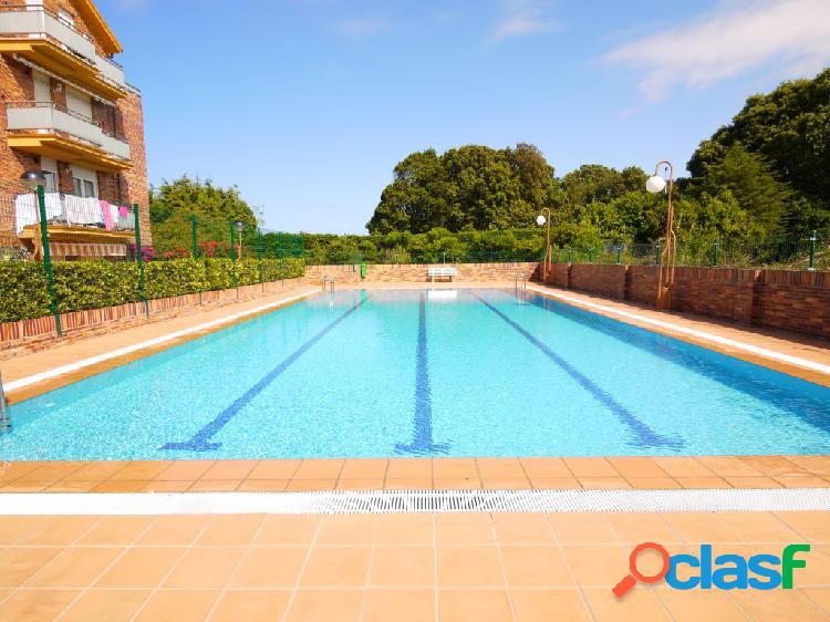 En isla. urbanización privada con piscina.