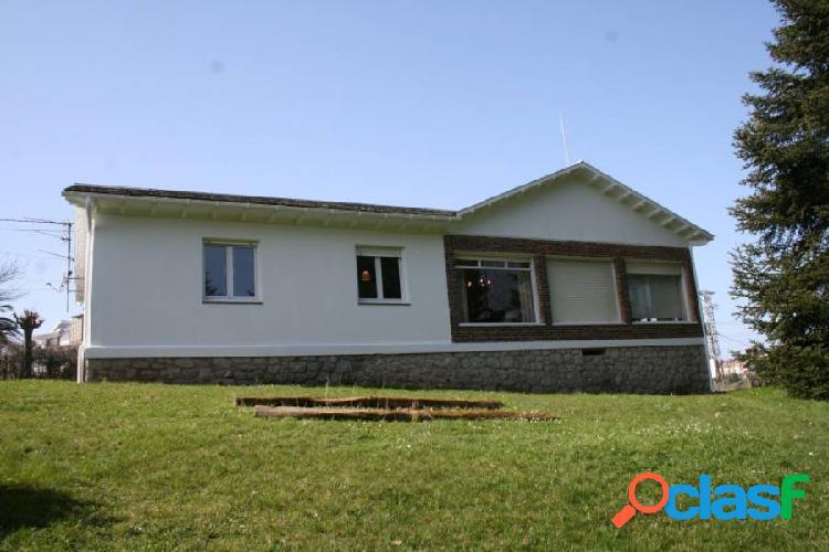 Casa distribuida en una unica planta, con jardin a su alrededor y estupendas vistas. situada en el p