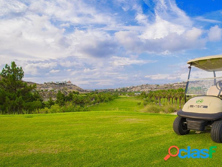 Adosado a dos pasos del campo de golf.