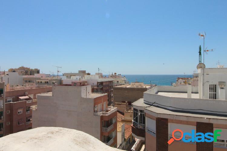 Apartamento céntrico cerca de la playa y con plaza de garaje.