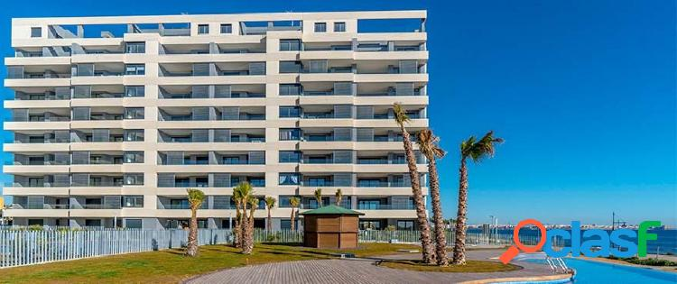 Apartamento moderno con vista directa al mar.