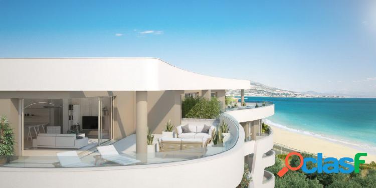 Espectacular ático 3 dormitorios en 1ª línea de playa con vistas al mar y acceso directo a la playa.