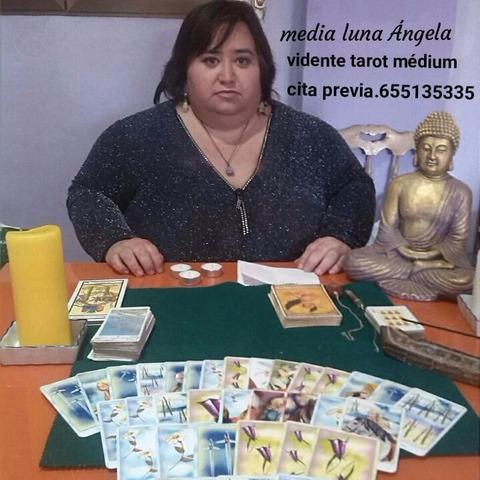 Media luna ángela. vidente tarot médium.