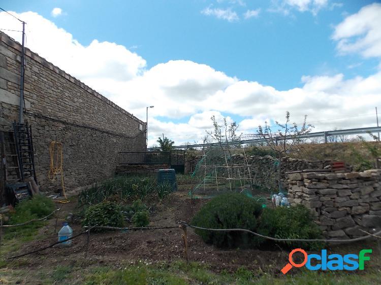 Casa de piedra cuyas edificaciones giran en torno a un patio jardín central en las uces, salamanca
