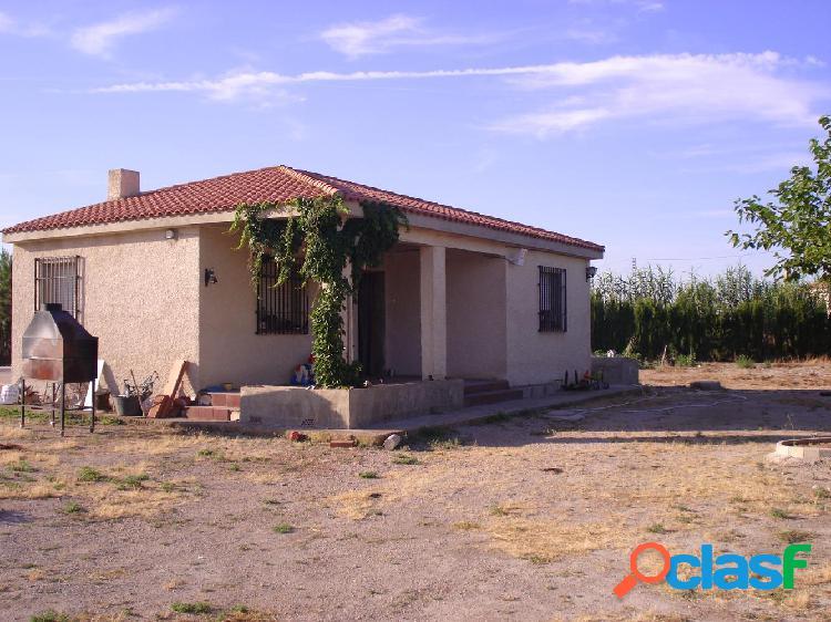 Parcela: terreno de 5500 m2 y casa de 60 m2, preparada para ampliar.