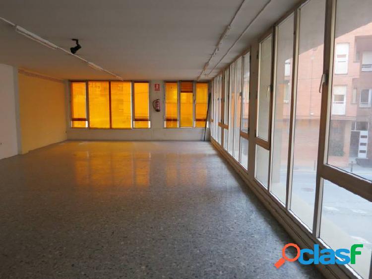 Local de 150 m2 en pleno centro de vilanova con grandes cristaleras por 800 eur