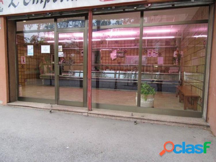 Local comercial en plaza, 8 metros de fachada con garaje.
