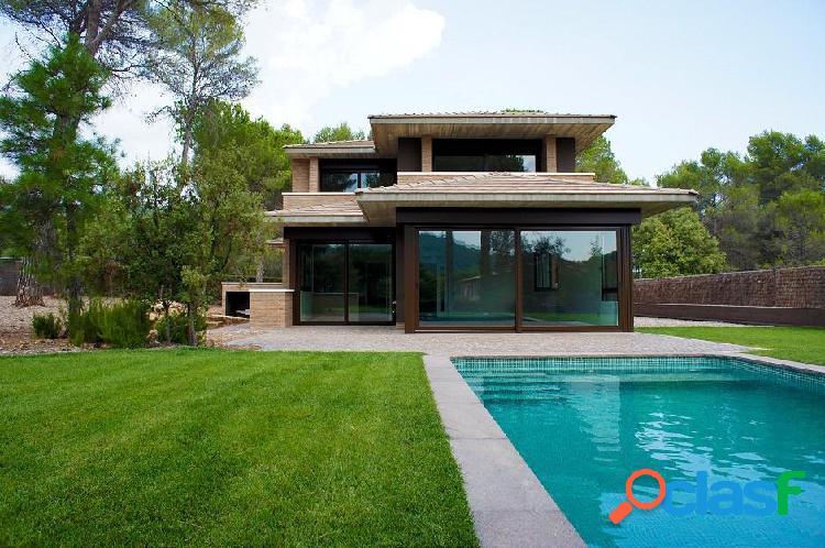 Preciosa casa unifamiliar con amplio jardín y piscina