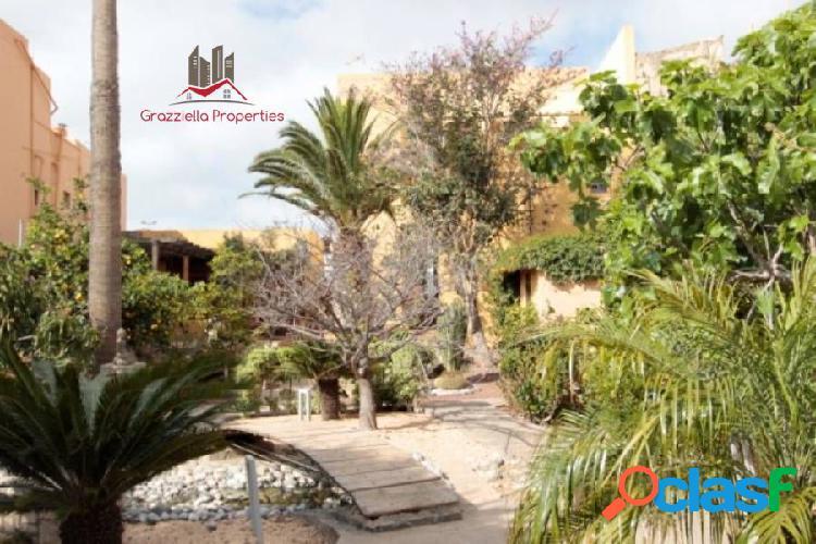 Casa espectacular en venta, con hermoso jardín, terrazas y vistas al mar. 2