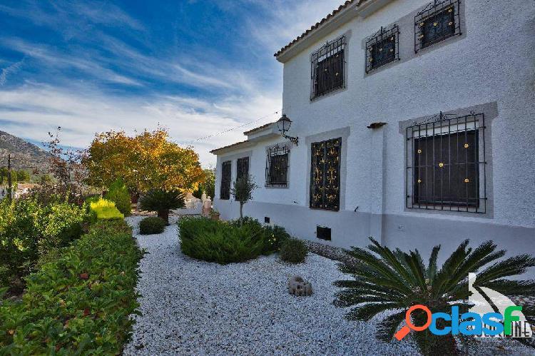 Preciosa casa en venta, en guadalest, con casa de invitados y amplio terreno.