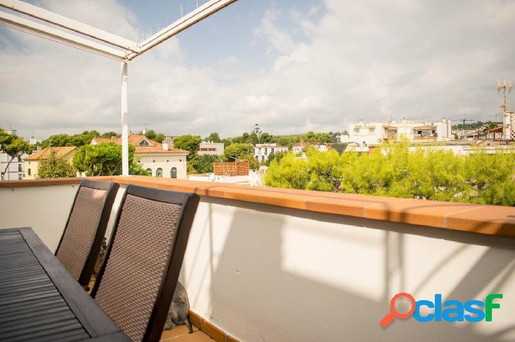 Precioso ático dúplex con terraza y parking en sitges