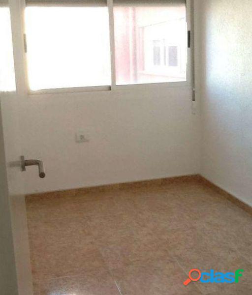 Se alquila piso vacio de 4 habitaciones, baño y aseo en Jaume Roig 3