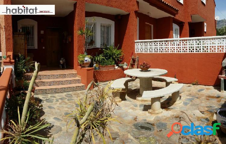 Chalet adosado de 4 dormitorios, piscina comunitaria y parking