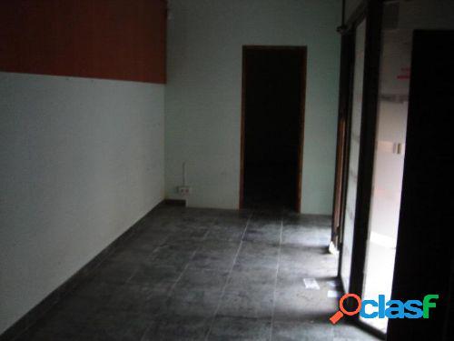 Bajo comercial de 60 m2 (30 en p.baja y 30 en altillo) con suelo de gres