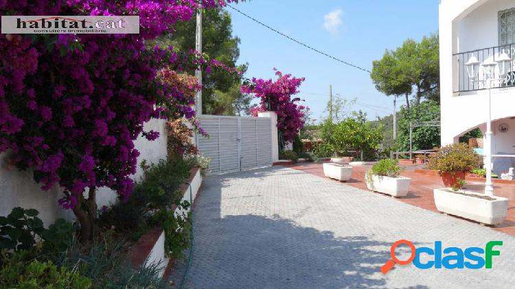 Casa en venta en canyelles, urb. les palmeres con amplio jardín