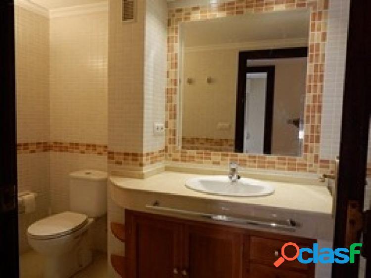Piso de 4 habitaciones, 2 baños, salón, cocina y terraza.