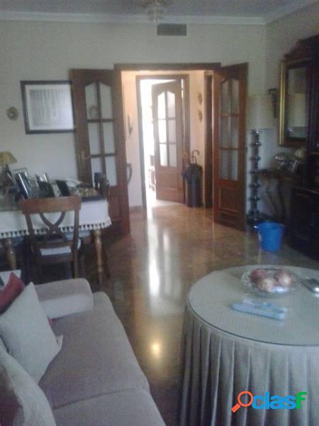 Piso espacioso de 4 habitaciones, 2 baños, buenas calidades. cochera y trastero opcionales.