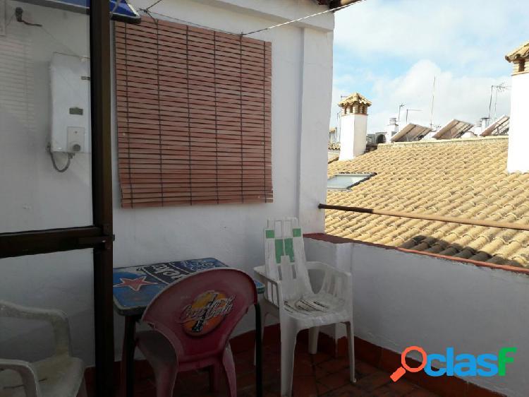 Casa en casco antiguo de 4 habitaciones, 2 baños, terraza de 10 mts y cochera cerrada.