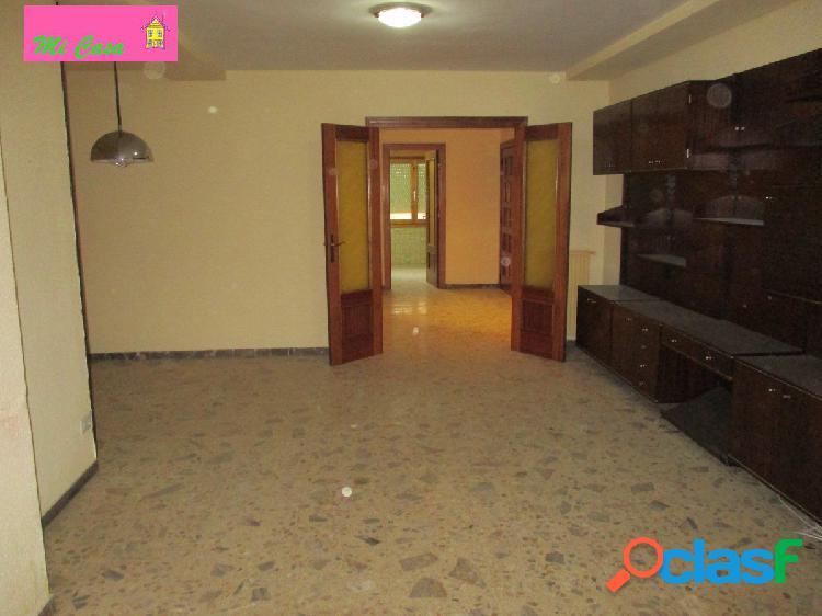 Piso centrico de cuatro dormitorios dobles, salon, cocina y dos baños con dos terrazas
