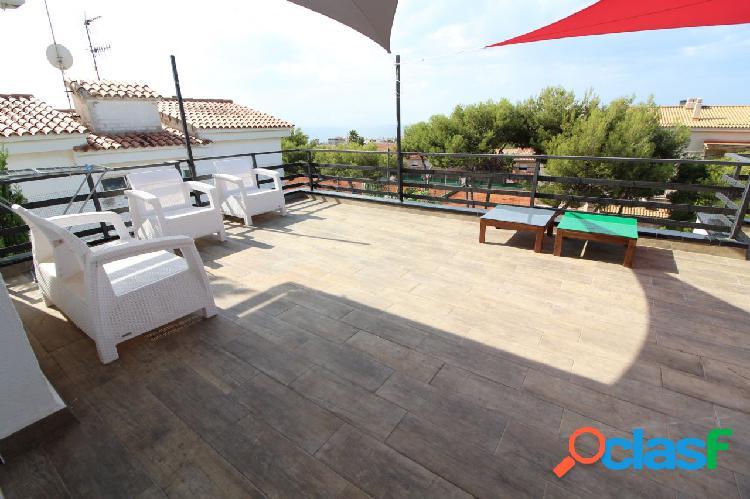 Vistas al mar y panorámicas con una gran terraza, parking para 2 coches, piscina y trastero