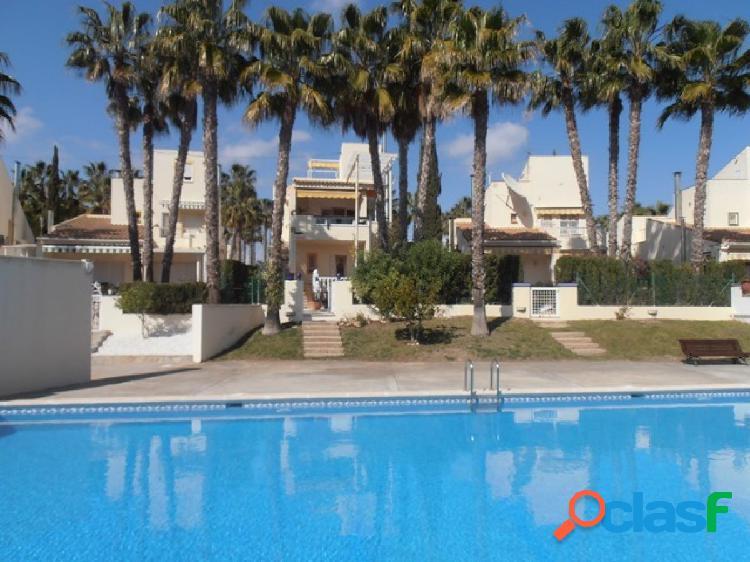 Moderna villa,en primera línea de campo de golf,con vistas directas a la piscina comunitaria
