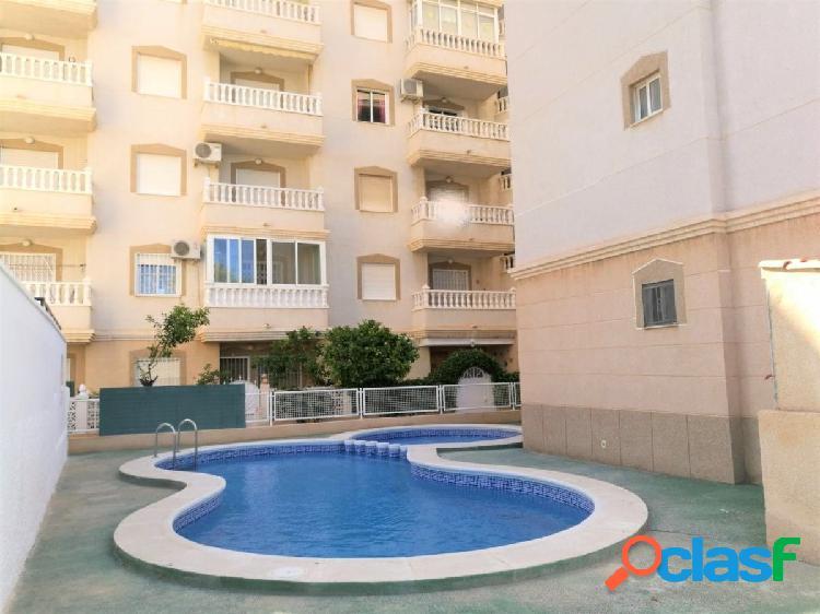 Soleado apartamento de 2 dormitorios y piscina comunitaria en torrevieja
