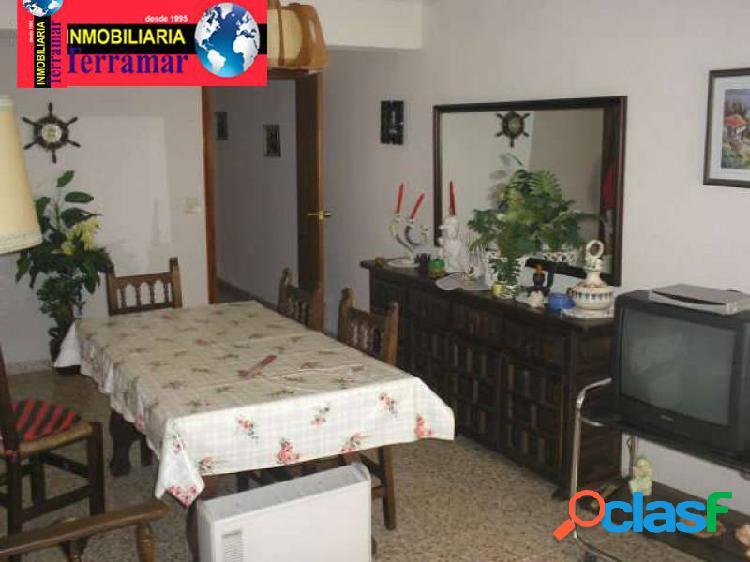 Tres dormitorios, cocina, terraza y salón independiente, en el centro de torrevieja, muy cerca de