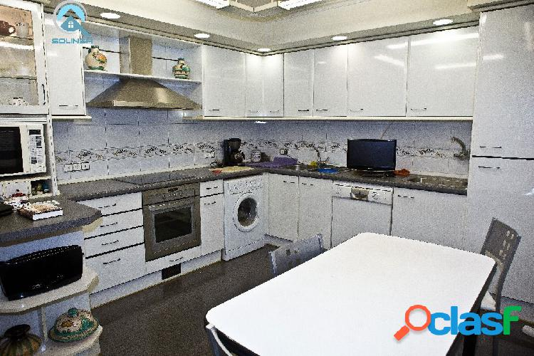 Se vende dúplex de 5 habitaciones, 3 baños y garaje doble en zona ruiseñores.