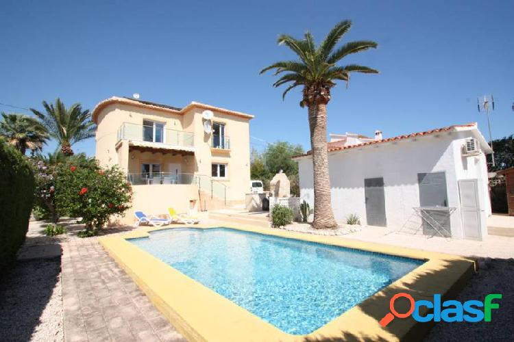 Villa con casa de invitados independiente a poca distancia de la playa.