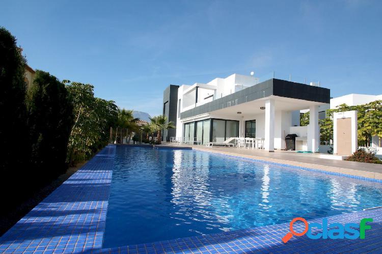 Villa moderna de gran tamaño y muy cerca de la playa con piscina privada