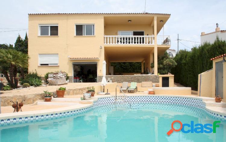 Villa mediterránea con vistas al peñón a la venta en calpe