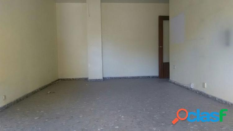 Piso cuatro dormitorios y dos baños, con garaje, en zona centro