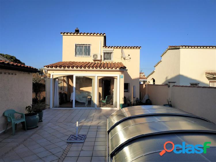 Casa con piscina y garaje en venta en zona residencial en empuriabrava, sector alberes