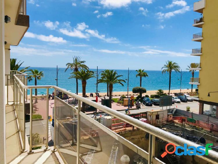 Amplio apartamento con vistas al mar frente a la playa de lloret de mar.