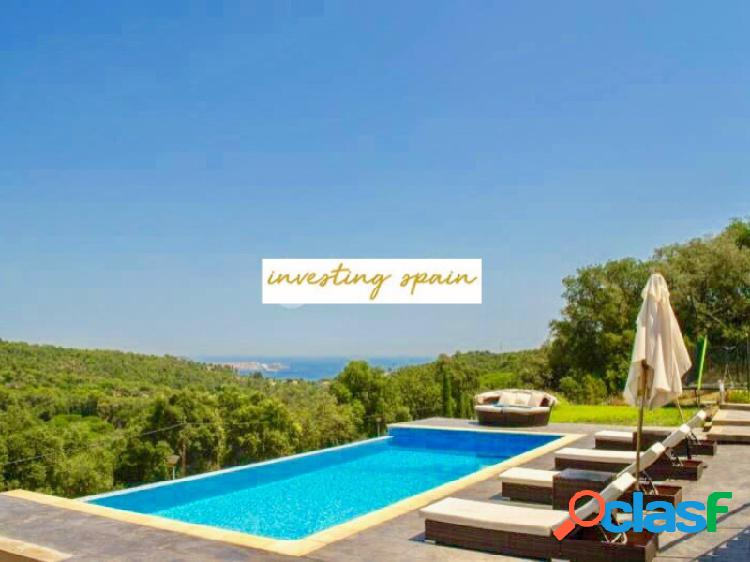 Increíble villa de diseño, moderna y nueva, con vistas al mar y piscina desbordante en platja d'aro.