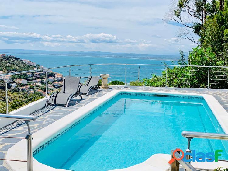 Espléndida villa con vistas al mar con piscina en Rosas junto a la playa y en el corazón del Parque Natural de Cadaqués