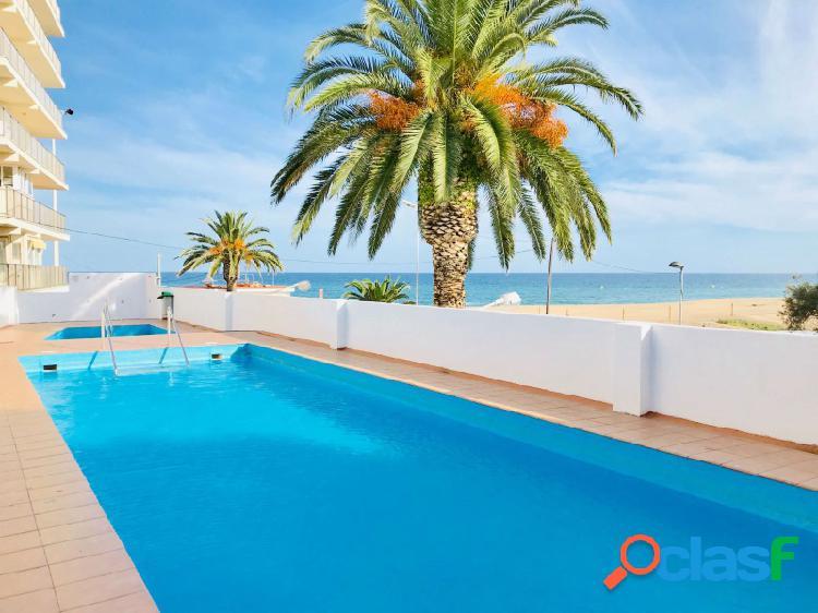 Estudio frente a la playa, increíbles vistas al mar y piscinas.