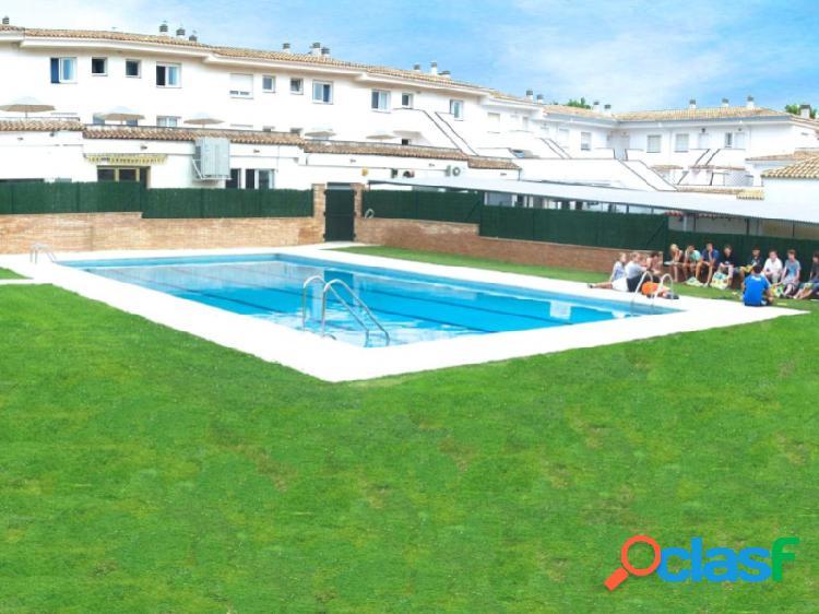 Hotel en la avenida principal de platja d'aro con piscina y cerca de la playa.