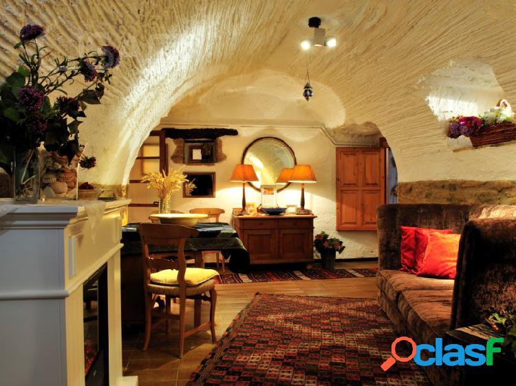 Pubol: casa, hotel de lujo en el centro historico de un pueblo medieval muy turistico