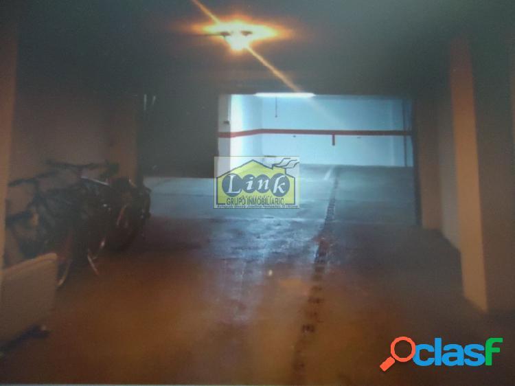 Garaje cerrado para dos coches zona ayuntamiento.