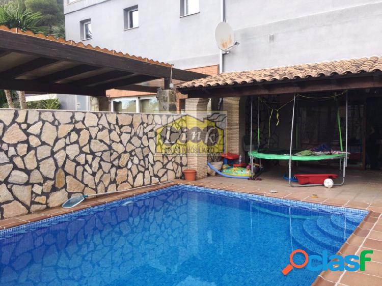 Adosado de lujo con garaje privado, piscina y jardin propio. semi nuevo 2006
