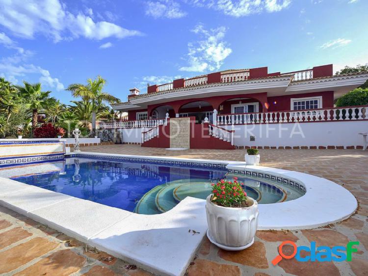 Lujosa y magnífica villa con maravillosas vistas al mar, la gomera y el teide.