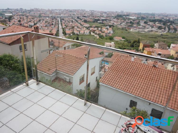 Casa a 4 vientos, moderna y en perfecto estado, con increíbles vistas a mar. incluye garaje y gran patio-terraza.