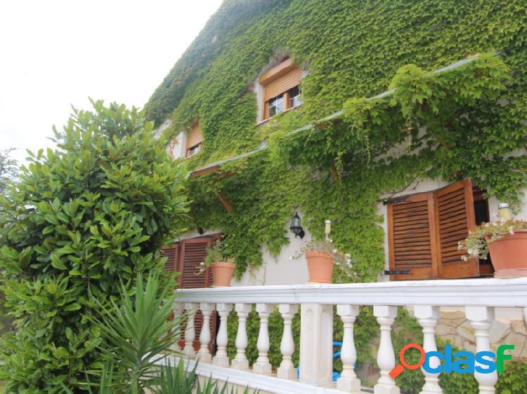Impresionante casa a 4 vientos, en plena costa del maresme. 1.000 m2 de jardines, piscina, y todas las comodidades.