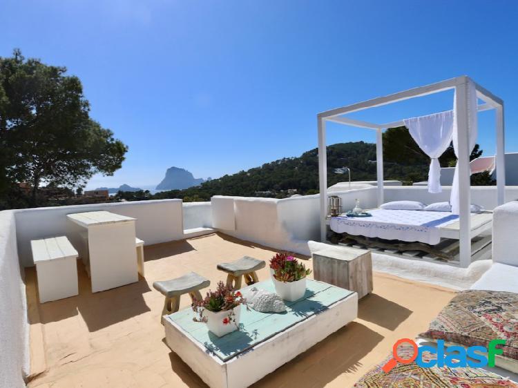 Ubicado en una tranquila zona residencial en cala vadella con hermosas vistas de es vedrá