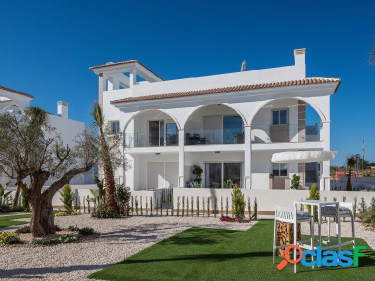 Apartamento ático con acabados de alta calidad en residencial de estilo mediterráneo