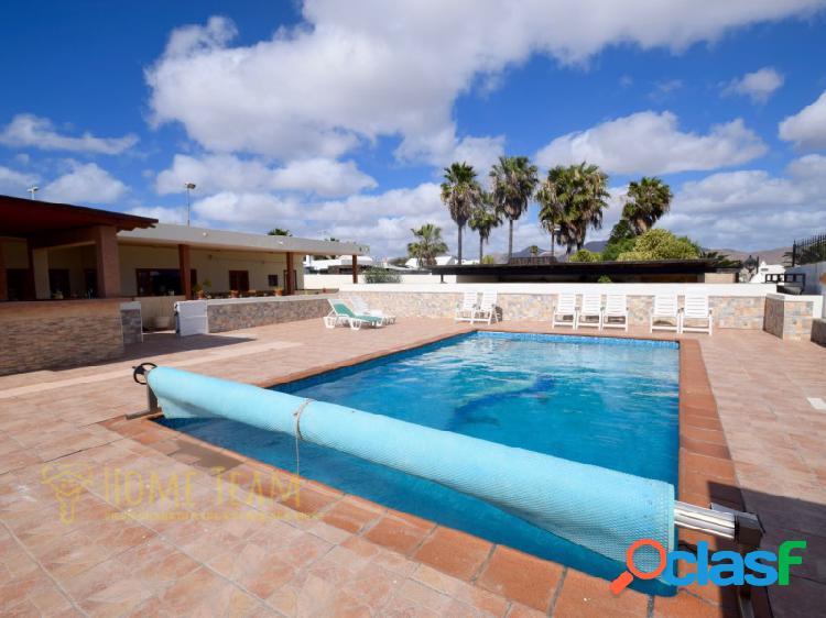 Casa terrera en el centro de playa blanca en la urbanización los calamares. 473 metros útiles. gran terraza con piscina climatizada, parking para varios coches.