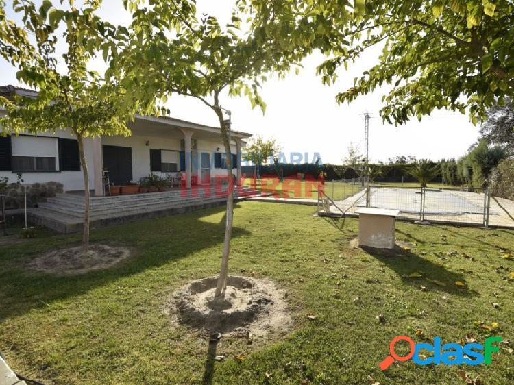 Parcela con vivienda de 200 m2, un jardín de grandes dimensiones y una piscina en navalmoral de la mata (cáceres)